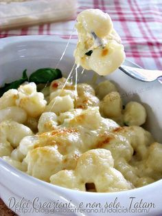 Potato gnocchi with butter, parmesan and basil Traditional Italian Dishes, Cannelloni, Yummy Food, Tasty, Italian Pasta, Italian Menu, Cooking Recipes, Healthy Recipes, I Love Food