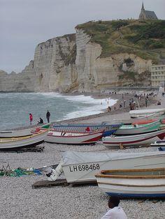 Het strand van Étretat aan de kust van Frankrijk. Een must see tijdens je roadtrip!