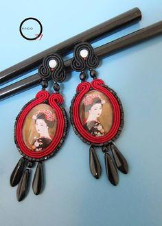 Orecchini con ritratto di Geisha montato su cabochon di vetro, daghe in vetro, perline Toho, perle in madreperla bianca e monachella a lobo. Design Giada Zampar -Opificio77-