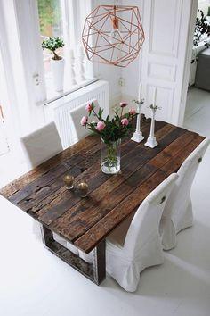 table rustique, grande table bois et acier dans une salle de déjeuner blanche