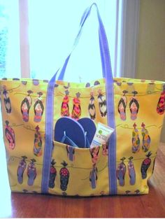 From summer fun to back to school, do it all with this tote tutorial + FREE pattern. Get it here: