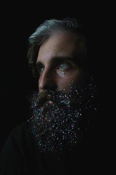 Barba con purpurina.