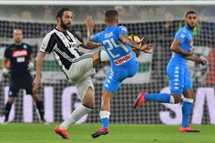 "Napoli's midfielder from Italy Lorenzo Insigne (R) fights for the ball with Juventus' forward from Argentina Gonzalo Higuain during the Italian Serie A football match Juventus vs Napoli at ""Juventus Stadium"" in Turin on October 29, 2016. / AFP / GIUSEPPE CACACE"