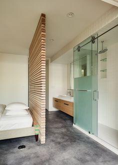 slaapkamer met badkamer. Kast als scheidingswand. Achterkant van de ...