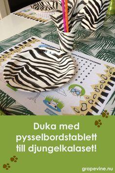 Fin bordstablett att ladda hem och skriva ut och duka med på djungelkalaset. Både dekoration och pyssel och lek för barnen i väntan på kalasmaten. #kalas #barnkalas #temakalas #djungel #djungelkalas #djur #lekar #mat #dekorationer #grapevine #bordstablett #pyssel #kalaslekar