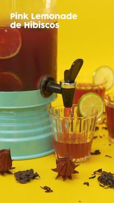 Pink Lemonade Em uma jarra coloque ½ xícara do hibisco seco e despeje 1 litro de água fervente. Deixe a infusão apurar e esfriar (aprox. 20 minutos). Coe a mistura e despeje em uma suqueira ou outro recipiente. Acrescente o caldo de limão, o gelo e o açúcar. Misture com uma colher, acrescente as rodelas de limão e pronto! Pode consumir. Dica: Use uma suqueira de vidro com alumínio. Ela dará um charme todo especial ao preparo. Enfeite os copos com rodelas de limão para deixar ainda mais…