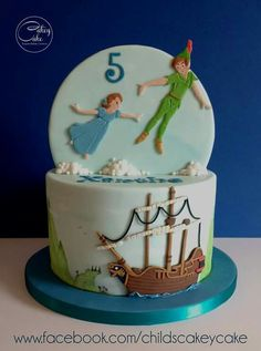 We think it& pretty safe to assume that everyone has seen or read, the classic story of Peter Pan has fallen deeply in love with the adventurous tale about a boy who just didn& want to grow up. Fête Peter Pan, Peter Pan Cakes, Peter Pan Party, 4th Birthday Cakes, Birthday Desserts, Peter Pan And Tinkerbell, Peter Pan Disney, Fancy Cakes, Cute Cakes