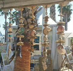 Guirlande de savon et/ou coquillage Soap and/or seashell garland Seashell Garland, Seashell Art, Diy Garland, Seashell Crafts, Diy Wall, Driftwood, Wind Chimes, Sea Shells, Sconces