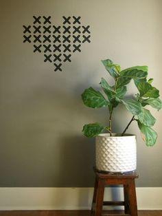 Agrega un detalle a tu decoración con una cinta negra y un diseño de corazones.   19 Ideas originales para decorar tus paredes con cinta adhesiva