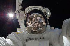 Imagem do dia: Nada Supera um Astronauta  www.iperimoveis.com.br  O astronauta da Estação Espacial Internacional, Aki Hoshide (Japão), registrou esta imagem impressionante, ajudando a aumentar a capacidade da Estação Espacial Internacional em órbita da Terra (ISS). Visível na imagem, é o Sol, a Terra, duas porções de um braço robótico, traje espacial de um astronauta, a profunda escuridão do espaço, e a câmera a tirar a foto.