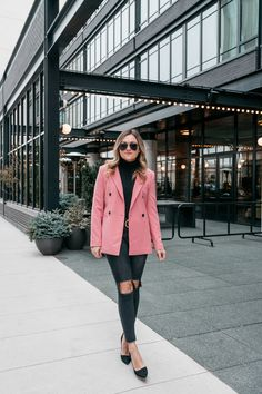 How to Style a Boyfriend Blazer & a Gucci Belt for Work Jessica Sturdy of Bows & Sequins wearing a pink double-breasted blazer, black turtleneck, ripped One Teaspoon jeans, black pumps, and Le Specs matte black aviators. Jean Outfits, Fall Outfits, Pink Blazer Outfits, Basic Outfits, Outfit Winter, Rosa Blazer, Outfit Invierno, Sequin Blazer, Boyfriend Blazer