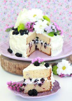 Tarta de chocolate blanco y moras silvestres