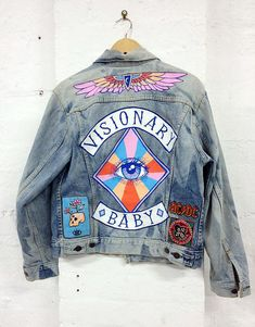 Quando eu era adolescente, lá nos anos 90 rs,a onda era customizar as jaquetas jeans.Uma pegada meio punk , meio grunge, beem rock and roll.Eu lembro que tinha