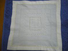 Pañito para panera bordado a máquina con distintos tipos de vainicas