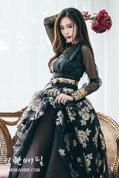 한복 hanbok : korean traditional clothes dress h Korean Traditional Clothes, Traditional Fashion, Traditional Dresses, Korean Dress, Korean Outfits, Korea Fashion, Asian Fashion, Fashion Black, Dress Outfits