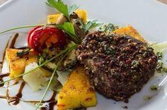 Bélszín steak színesbors kéregben, zöldfűszeres polentával