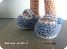 Si estáis haciendo una muñeca a crochet, ¡os vendrá bien saber cómo hacer los pies de manera fácil! Crochet Doll Pattern, Crochet Dolls, Knit Crochet, Doll Shoes, Amigurumi Doll, Needle Felting, Free Pattern, Diy And Crafts, Baby Shoes