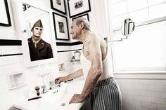 Retratos de pessoas observando o seu eu mais jovem no espelho