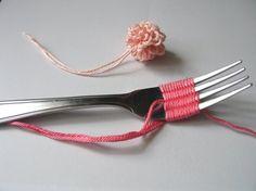 Pompones con rulos con un tenedor