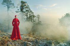 안개 자욱한 히말라야에 우뚝 서 있는 카렌의 강렬한 모습. 가슴의 컷아웃 디테일이 돋보이는 울 코트는 메종 마르지엘라(Maison Margiela), 새틴 캡은 피어스 앳킨슨(Piers Atkinson).