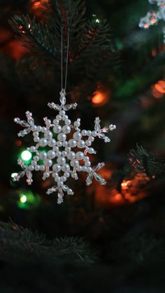 Beaded Christmas Ornaments, Snowflake Ornaments, Christmas Snowflakes, Christmas Crafts, Bead Crafts, Diy Crafts, Beading Patterns, Winter, Holiday
