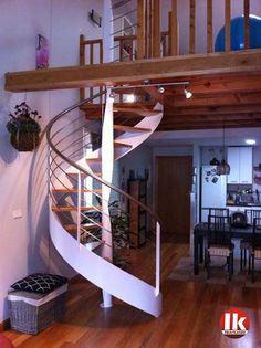 Escalera de caracol de estructura metálica y peldaños de madera. Lacada en blanco. #escaleras  #diseño #azpeitia