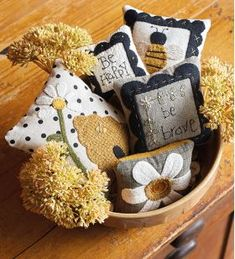 Code: ISBN: 9781683560197 Author: Debbie Busby Stitch 'em up, pile 'em high, and enjoy! These sweet little pillows are irresistibly fun to stitch! Thirty petite bowl fillers are a snap to make with Debbie's easy wool-applique techniques, embroidery Felt Crafts, Diy Crafts, Primitive Crafts, Primitive Fall, Primitive Snowmen, Primitive Christmas, Felt Pillow, Bowl Fillers, Hand Embroidery Stitches