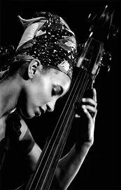 Esperanza Spalding - photo by Andrea Palmucci Jazz Artists, Jazz Musicians, Music Artists, World Music, Music Is Life, Esperanza Spalding, Musician Photography, Music Backgrounds, Portrait Poses
