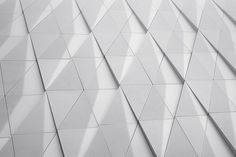 Triangles in a white facade photo by Samuel Zeller ( on Unsplash Minimal Architecture, Facade Architecture, Travel Outfit Summer Airport, Modern Buildings, Hd Photos, Pattern Making, Textures Patterns, Amazing, Backdrops