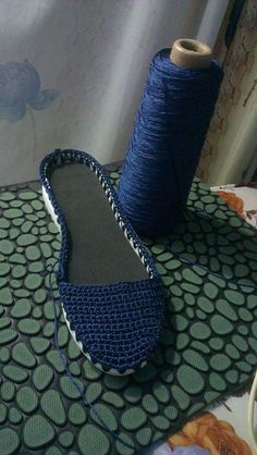 Hi crochet girls Today a beautiful blue shoe crochet. Step by step and graphic. Crochet Girls, Love Crochet, Crochet Baby, Crochet Sandals, Crochet Shoes, Crochet Designs, Crochet Patterns, Doll Shoes, How To Make Ornaments