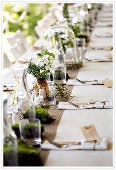 chemin de table fait de différents contenants et fleurs, très sympa