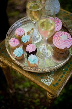 I have always wanted to have a cupcakes and champagne party <3
