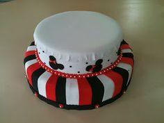 """""""Fake Cake"""" ou Bolo Falso     Me diverti muito fazendo este bolo. A base é de isopor, porém, não comprei a base pronta, decidi reaproveit..."""