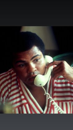 Lonnie Ali Photos Photos: FILE PHOTO: Boxing icon Muhammad Ali, who is battling Parkinson's disease, is due to celebrate his birthday tomorrow (January The three-time world heavyweight champion has begun celebrations early in his home town Muhammad Ali Fights, Muhammad Ali Quotes, Heavyweight Boxing, Sting Like A Bee, Float Like A Butterfly, Hometown Heroes, Boxing Champions, Star Wars, Sport Icon
