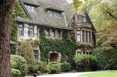 English Casas Tudor, Tudor Style Homes, Tudor House, Tudor Cottage, Cottage Style, Stone Houses, Cottage Homes, Cottage Gardens, Victorian Homes
