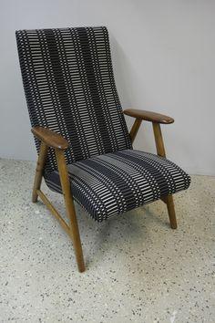 50-luvun nojatuoli perusteellisen kunnostuksen jälkeen Johanna Gullichsenin Helios kankaalla verhoiltuna.