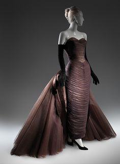 Long Sheath style dress with train in shape of butterfly by Charles James on manequin Charles James, Vintage Outfits, Vintage Gowns, 1950s Style, Beautiful Gowns, Beautiful Outfits, 1950s Fashion, Vintage Fashion, Edwardian Fashion