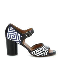 Sandalo con tacco Chie Mihara in pelle intrecciata bianca e nera e sul tallone bianca e blu.