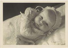 Franz Ziegler | Portret van Beatrix, koningin der Nederlanden, Franz Ziegler, Nijgh & Van Ditmar, 1938 | Portret van Beatrix. Vervaardigd ter gelegenheid van de doop van Beatrix in de Grote Kerk te Den Haag op 12 mei 1938.