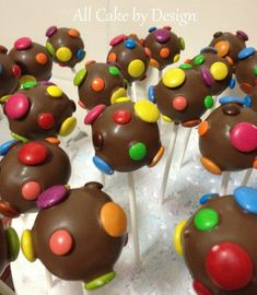 Smarties Cake Pops - I'd use white chocolate though. Candy Cakes, Cupcake Cakes, Smarties Cake, No Bake Cake Pops, Cake Ball Recipes, Cupcake Factory, Cheesecake Pops, Chocolates, Chocolate Sweets