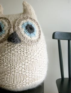 Free adorable knitted owl pattern. SO making this! Great share, thanks so much xox