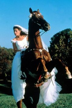 "Julia Roberts in ""Runaway Bride"". The horses name was Hightower. Movie Wedding Dresses, Wedding Movies, Richard Gere, Julia Roberts Movies, Latest Celebrity Gossip, Runaway Bride, Estilo Hippie, Star Wars, Chick Flicks"