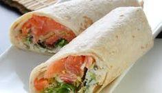 Simpel en lekker ! Voor een snelle lunch of borrelhapje. Wraps met roomkaas, gerookte zalm en rucola.