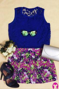 Um look romântico com toque fashion, para passeios em dias quentes! De noite ou de dia. É um conjunto levinho de blusa floral azul e short estampado; juntamente com acessórios, bolsinha dourada de alça, sandália preta e óculos de sol espelhado (de gatinha), que combinam e finalizam o look com estilo.