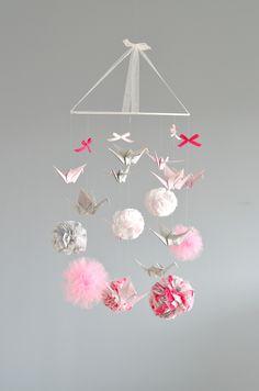 Mobile pompons et tulles, dégradés de roses, gris et argenté / Modèle déposé / Sur commande Origami, Mobiles, Diy And Crafts, Paper Crafts, Baby First Birthday, Girl Nursery, Decoration, Baby Room, Diys