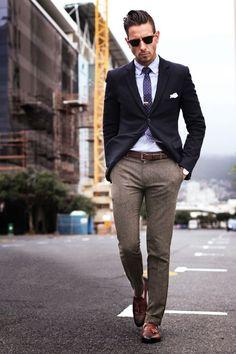Acheter la tenue sur Lookastic: https://lookastic.fr/mode-homme/tenues/blazer-chemise-de-ville-pantalon-de-costume-mocassins-a-pampilles-cravate--ceinture-lunettes-de-soleil/6120 — Lunettes de soleil noir — Cravate á pois bleu marine et blanc — Chemise de ville bleu clair — Pochette de costume blanc — Blazer bleu marine — Ceinture en cuir brun — Pantalon de costume en laine brun — Mocassins à pampilles en cuir brun