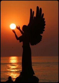 Angel Holding The Sun. Most people see a lovely picture of a statue. I see a weeping angel trying to blot out the sun and kill us all. Angels Among Us, Angels And Demons, Statue Ange, Ciel Nocturne, I Believe In Angels, Ange Demon, Angels In Heaven, Guardian Angels, Foto Art