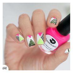 Et la version finale avec des bandes noires pour contraster ! Toujours réalisées au #stripingtape, en ayant d'abord posé de l'accélérateur de séchage pour ne pas tout déchirer ;) #nails #nailart #summer #neon #lilypadlacquer
