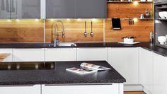 Neben dem klassischen Fliesenspiegel kann eine Küchenrückwand heute auch aus Glas, Metall oder sogar Holz bestehen. Neben der Funktion als Spritzschutz ist...