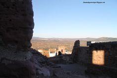 El castillo corona la colina donde se asienta el bello pueblo de Villafamés